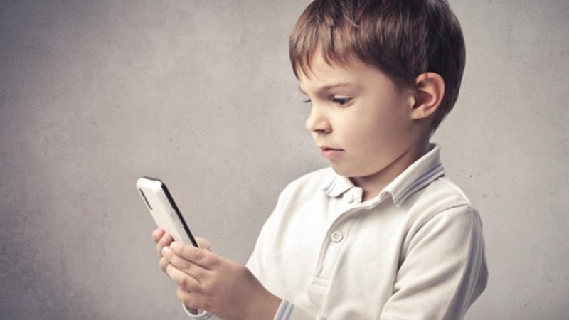 Как отвлечь от телефона ребенка, который постоянно «висит в нем»
