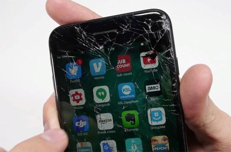 Телефон с разбитым стеклом в руке