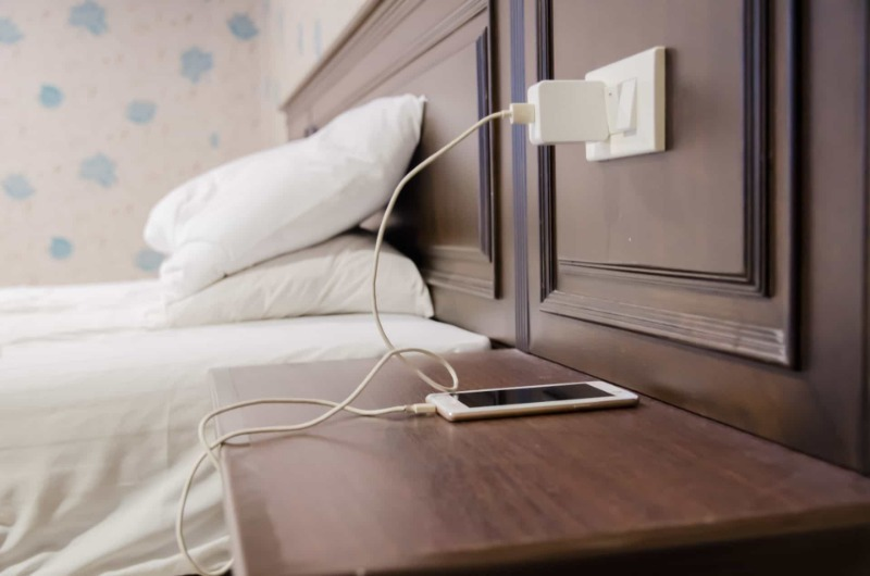 4 причины, почему нельзя класть телефон на прикроватную тумбочку ночью