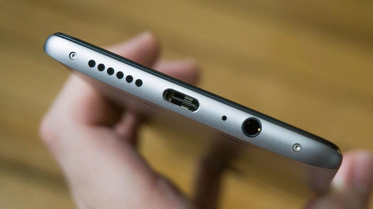 Толщина телефона зависит от ширины разъема