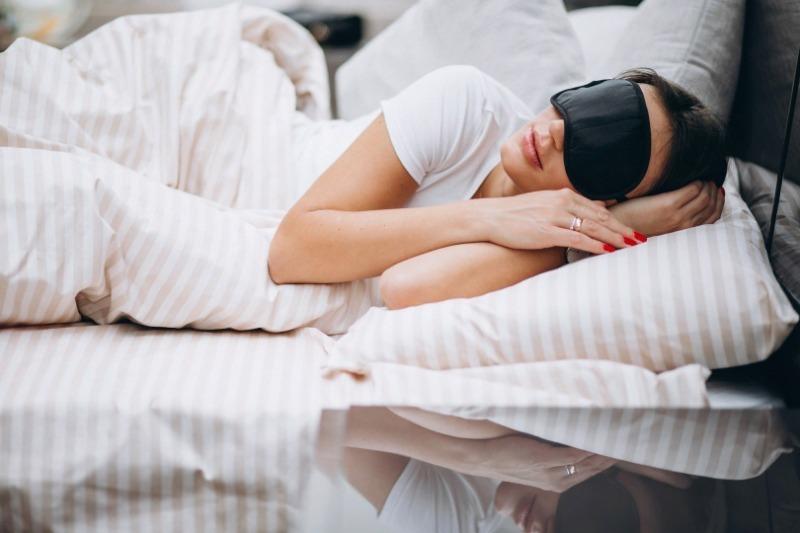 Женщина в черной маске для сна